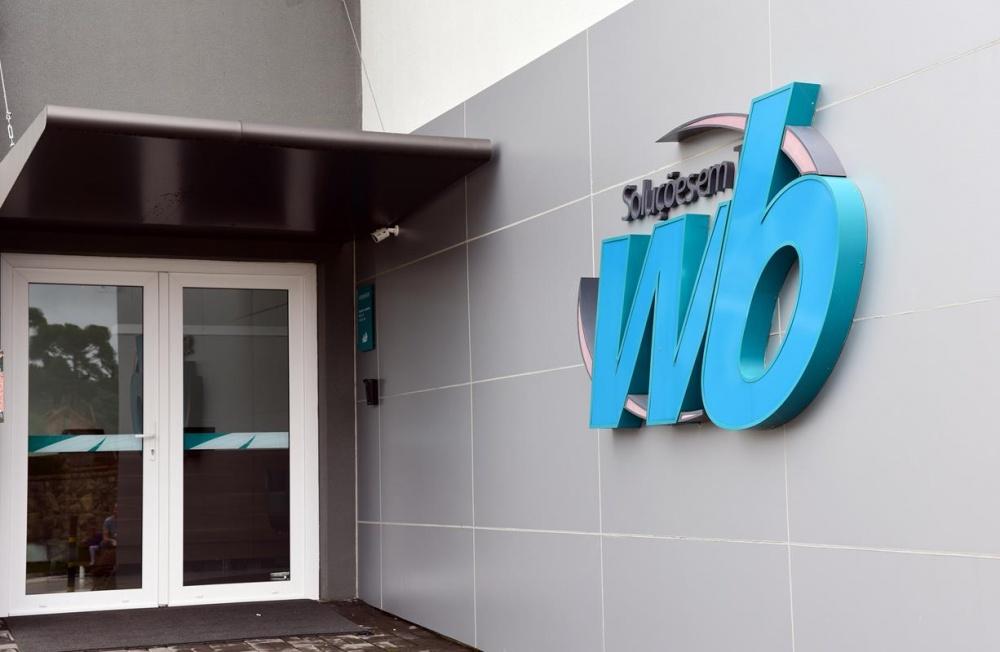 A empresa dispõe de uma Central de Serviços que auxilia na gestão do atendimento, apontando a melhor forma para resolver o chamado, podendo acontecer no laboratório WB, on-site ou por acesso remoto.